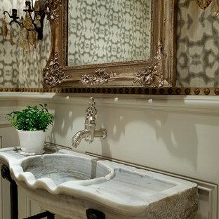 Ispirazione per un'ampia stanza da bagno con doccia con ante con bugna sagomata, ante bianche, WC monopezzo, piastrelle bianche, pareti multicolore, pavimento in marmo, lavabo da incasso e top in marmo