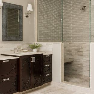 Klassisk inredning av ett mellanstort badrum med dusch, med skåp i mörkt trä, en dusch i en alkov, beige kakel, tunnelbanekakel, beige väggar, klinkergolv i porslin, ett undermonterad handfat, bänkskiva i kalksten, beiget golv och med dusch som är öppen