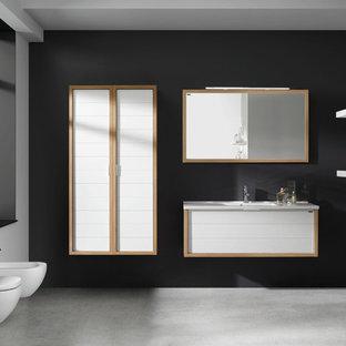 Mittelgroßes Modernes Badezimmer En Suite mit flächenbündigen Schrankfronten, weißen Schränken, Wandtoilette, schwarzer Wandfarbe, Betonboden, Aufsatzwaschbecken und Waschtisch aus Holz in Miami