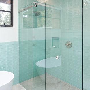 Modernes Badezimmer En Suite mit offenen Schränken, grauen Schränken, freistehender Badewanne, Eckdusche, blauen Fliesen, Metrofliesen, weißer Wandfarbe, Porzellan-Bodenfliesen, integriertem Waschbecken, Beton-Waschbecken/Waschtisch, grauem Boden, grauer Waschtischplatte und Schiebetür-Duschabtrennung in Portland