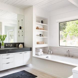 Modernes Badezimmer mit flächenbündigen Schrankfronten, Unterbauwanne, weißer Wandfarbe und Unterbauwaschbecken in Los Angeles