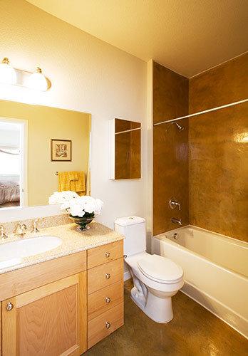 badezimmer mit terrazzo waschtisch und duschbadewanne. Black Bedroom Furniture Sets. Home Design Ideas