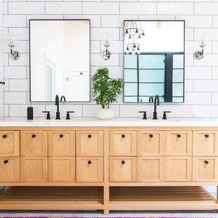 Ejemplo de cuarto de baño principal, clásico renovado, con armarios tipo mueble, puertas de armario de madera clara, baldosas y/o azulejos blancos, baldosas y/o azulejos de cemento, paredes blancas y encimeras blancas