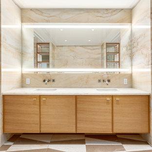 Неиссякаемый источник вдохновения для домашнего уюта: огромная главная ванная комната в современном стиле с фасадами с декоративным кантом, накладной ванной, угловым душем, унитазом-моноблоком, разноцветной плиткой, плиткой мозаикой, разноцветными стенами, мраморным полом, накладной раковиной, столешницей из оникса и фасадами цвета дерева среднего тона