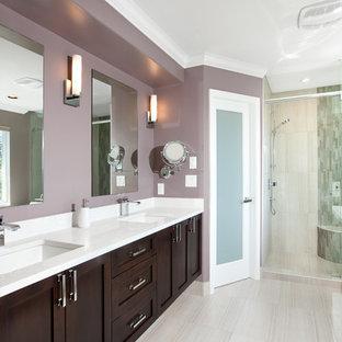 Idee per una stanza da bagno padronale chic di medie dimensioni con ante in stile shaker, ante marroni, vasca da incasso, doccia alcova, pareti viola, pavimento in gres porcellanato, lavabo sottopiano, top in quarzo composito, pavimento beige e porta doccia a battente