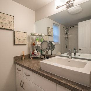 Foto di una piccola stanza da bagno con doccia chic con ante in stile shaker, ante bianche, vasca/doccia, WC a due pezzi, pareti beige, lavabo rettangolare, top in granito e doccia con tenda
