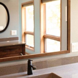 Esempio di una stanza da bagno padronale classica di medie dimensioni con ante lisce, ante in legno scuro, zona vasca/doccia separata, WC a due pezzi, piastrelle beige, piastrelle in ceramica, pareti grigie, pavimento in vinile, lavabo integrato, top in onice, pavimento grigio, doccia aperta e top beige