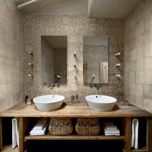 Großes Mediterranes Badezimmer En Suite mit hellbraunen Holzschränken, Waschtisch aus Holz, farbigen Fliesen, Keramikfliesen, bunten Wänden, Keramikboden, offenen Schränken, Aufsatzwaschbecken, beigem Boden und brauner Waschtischplatte in New York