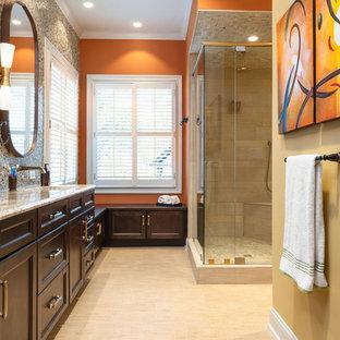 Inredning av ett amerikanskt mellanstort orange oranget en-suite badrum, med luckor med infälld panel, skåp i mörkt trä, ett platsbyggt badkar, en dusch/badkar-kombination, beige kakel, orange väggar, klinkergolv i porslin, ett undermonterad handfat, granitbänkskiva, gult golv och dusch med gångjärnsdörr