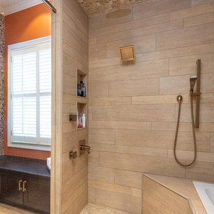 Exempel på ett mellanstort amerikanskt orange oranget en-suite badrum, med luckor med infälld panel, skåp i mörkt trä, ett platsbyggt badkar, en dusch/badkar-kombination, beige kakel, orange väggar, klinkergolv i porslin, ett undermonterad handfat, granitbänkskiva, gult golv och dusch med gångjärnsdörr