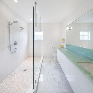 Imagen de cuarto de baño contemporáneo con ducha doble y encimeras turquesas