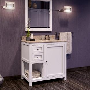 Foto di una stanza da bagno chic di medie dimensioni con ante in stile shaker, ante bianche, pareti viola, parquet scuro, lavabo sottopiano e top in granito