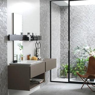 Свежая идея для дизайна: ванная комната среднего размера в стиле современная классика с плоскими фасадами, коричневыми фасадами, серой плиткой, серыми стенами, полом из керамогранита, душевой кабиной, настольной раковиной, столешницей из искусственного камня и плиткой из листового камня - отличное фото интерьера