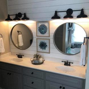 Idéer för ett mellanstort lantligt vit en-suite badrum, med luckor med upphöjd panel, grå skåp, vita väggar, klinkergolv i porslin, bänkskiva i akrylsten och svart golv