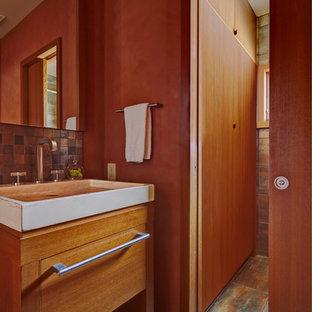 Ispirazione per una piccola stanza da bagno per bambini design con consolle stile comò, ante in legno chiaro, doccia alcova, WC a due pezzi, piastrelle marroni, piastrelle in metallo, pareti arancioni, lavabo a bacinella e top in quarzo composito