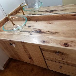 Esempio di una stanza da bagno stile rurale con ante lisce, ante in legno chiaro e top in zinco