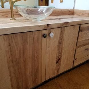Foto di una stanza da bagno stile rurale con ante lisce, ante in legno chiaro e top in zinco