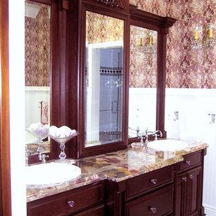 Exemple d'une salle de bain principale chic de taille moyenne avec un lavabo posé, un placard en trompe-l'oeil, des portes de placard en bois sombre, un plan de toilette en onyx, un carrelage noir et blanc, des carreaux de porcelaine et un sol en carrelage de porcelaine.