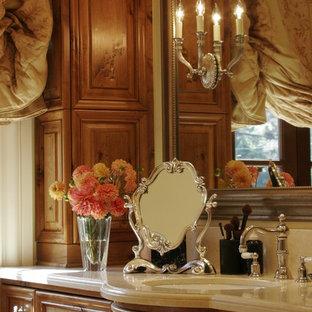 Пример оригинального дизайна: огромная главная ванная комната в средиземноморском стиле с накладной раковиной, фасадами с выступающей филенкой, темными деревянными фасадами, столешницей из кварцита, белой плиткой, металлической плиткой и бежевыми стенами
