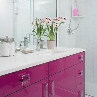 Bild på ett funkis badrum, med ett undermonterad handfat, släta luckor, en dusch i en alkov och vit kakel