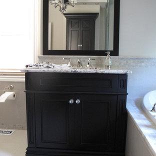 トロントの中くらいのトラディショナルスタイルのおしゃれなバスルーム (浴槽なし) (落し込みパネル扉のキャビネット、濃色木目調キャビネット、置き型浴槽、コーナー設置型シャワー、青い壁、クッションフロア、アンダーカウンター洗面器、人工大理石カウンター) の写真