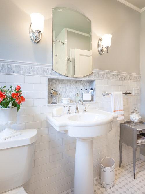 Salle de bain avec un placard porte vitr e et un mur for Cabine de douche avec wc et lavabo