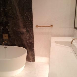 Idee per una grande stanza da bagno padronale design con ante lisce, ante bianche, vasca freestanding, doccia alcova, orinatoio, piastrelle multicolore, piastrelle bianche, lastra di pietra, pareti bianche e lavabo rettangolare