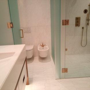 Ispirazione per una grande stanza da bagno padronale contemporanea con ante lisce, ante bianche, vasca freestanding, doccia alcova, orinatoio, piastrelle multicolore, piastrelle bianche, lastra di pietra, pareti bianche e lavabo rettangolare