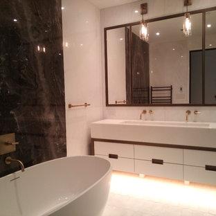 Esempio di una grande stanza da bagno padronale design con ante lisce, ante bianche, vasca freestanding, doccia alcova, orinatoio, piastrelle multicolore, piastrelle bianche, lastra di pietra, pareti bianche e lavabo rettangolare
