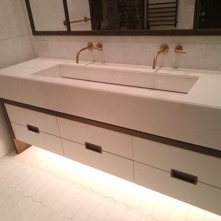 Esempio di una grande stanza da bagno padronale minimal con ante lisce, ante bianche, vasca freestanding, doccia alcova, orinatoio, piastrelle multicolore, piastrelle bianche, lastra di pietra, pareti bianche e lavabo rettangolare
