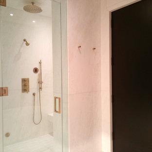 Idee per una grande stanza da bagno padronale minimal con ante lisce, ante bianche, vasca freestanding, doccia alcova, orinatoio, piastrelle multicolore, piastrelle bianche, lastra di pietra, pareti bianche e lavabo rettangolare