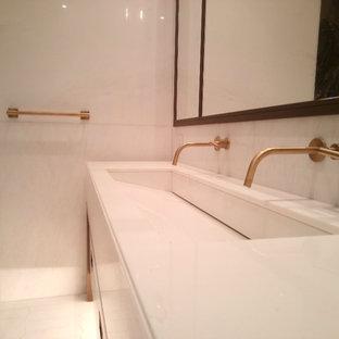 Ispirazione per una grande stanza da bagno padronale minimal con ante lisce, ante bianche, vasca freestanding, doccia alcova, orinatoio, piastrelle multicolore, piastrelle bianche, lastra di pietra, pareti bianche e lavabo rettangolare