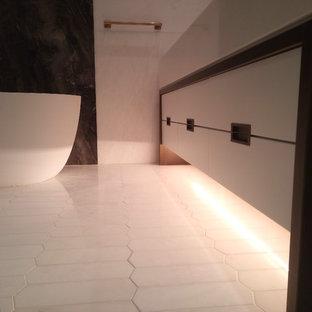Esempio di una grande stanza da bagno padronale contemporanea con ante lisce, ante bianche, vasca freestanding, doccia alcova, orinatoio, piastrelle multicolore, piastrelle bianche, lastra di pietra, pareti bianche e lavabo rettangolare