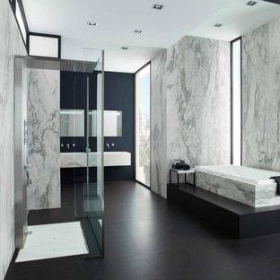 Diseño de cuarto de baño con ducha, minimalista, grande, con bañera encastrada, ducha abierta, baldosas y/o azulejos grises, losas de piedra, paredes azules, suelo de baldosas de porcelana, lavabo integrado, encimera de mármol, suelo negro, ducha abierta y encimeras grises