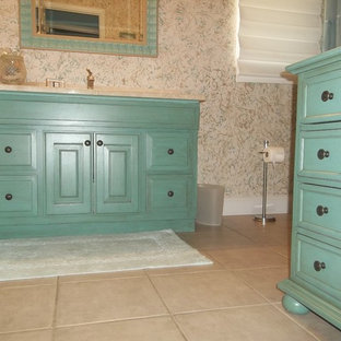 Foto de cuarto de baño con ducha, tropical, de tamaño medio, con armarios tipo mueble, puertas de armario turquesas, paredes multicolor, suelo de baldosas de cerámica, encimera de esteatita y suelo beige