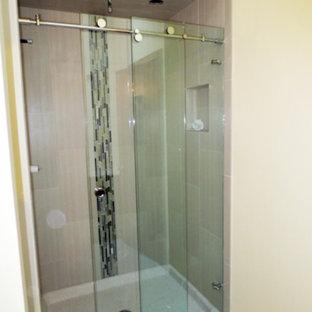 Mittelgroßes Klassisches Duschbad mit Duschnische, beigefarbenen Fliesen, Porzellanfliesen, gelber Wandfarbe, beigem Boden und Schiebetür-Duschabtrennung in Atlanta