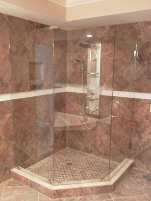 Stanza da bagno con piastrelle rosa e pareti rosse foto - Piastrelle bagno rosse ...