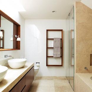 Foto di una stanza da bagno padronale minimal con ante lisce, ante in legno bruno, doccia alcova, WC a due pezzi, piastrelle beige, pareti bianche, lavabo a bacinella, pavimento beige, porta doccia a battente e top beige
