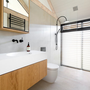 Scandi shower room bathroom in Melbourne with a walk-in shower, a one-piece toilet, an integrated sink and an open shower.