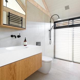Ispirazione per una stanza da bagno con doccia nordica con doccia aperta, WC monopezzo, lavabo integrato e doccia aperta
