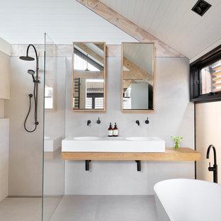 Пример оригинального дизайна: маленькая ванная комната в современном стиле с подвесной раковиной, столешницей из дерева, отдельно стоящей ванной, открытым душем, открытым душем, коричневой столешницей, стеклянными фасадами, белыми стенами и душевой кабиной