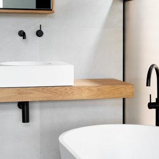 Foto di una piccola stanza da bagno con doccia contemporanea con ante di vetro, vasca freestanding, doccia aperta, pareti bianche, lavabo sospeso, top in legno, doccia aperta e top marrone