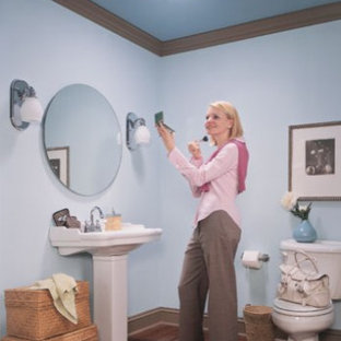 Bathroom - mid-sized traditional 3/4 medium tone wood floor bathroom idea in Minneapolis with a pedestal sink, a two-piece toilet and blue walls