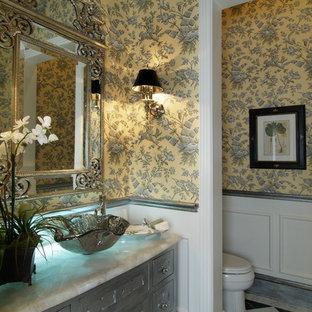 Imagen de cuarto de baño con ducha, clásico, grande, con armarios con paneles con relieve, puertas de armario con efecto envejecido, bañera esquinera, ducha abierta, sanitario de una pieza, baldosas y/o azulejos blancos, baldosas y/o azulejos de porcelana, paredes amarillas, suelo de baldosas de porcelana, lavabo sobreencimera, encimera de ónix y suelo multicolor