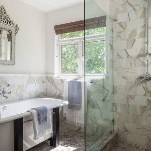 Imagen de cuarto de baño principal, tradicional renovado, de tamaño medio, con bañera exenta, ducha abierta, baldosas y/o azulejos grises, baldosas y/o azulejos de piedra, paredes beige, suelo de piedra caliza y ducha abierta