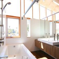 Contemporary Bathroom by (fer) studio