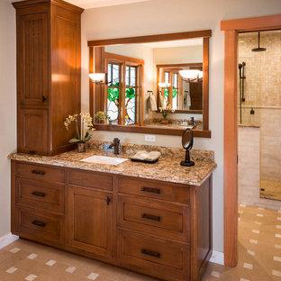 Idee per una grande stanza da bagno con doccia stile americano con ante in stile shaker, ante in legno bruno, doccia alcova, WC monopezzo, piastrelle beige, piastrelle bianche, pareti beige, lavabo sottopiano e top in granito