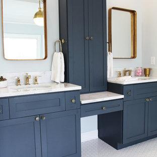 アトランタの大きいヴィクトリアン調のおしゃれなマスターバスルーム (シェーカースタイル扉のキャビネット、青いキャビネット、猫足浴槽、分離型トイレ、白いタイル、サブウェイタイル、青い壁、モザイクタイル、アンダーカウンター洗面器、珪岩の洗面台) の写真