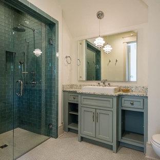 Esempio di una stanza da bagno con doccia chic di medie dimensioni con ante a filo, ante blu, vasca freestanding, doccia a filo pavimento, WC monopezzo, piastrelle blu, piastrelle di vetro, pareti beige, parquet scuro, lavabo a bacinella e top in laminato