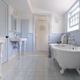 Idee per una stanza da bagno country con vasca con piedi a zampa di leone